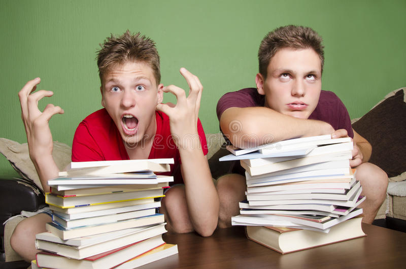 Nastolatkowie musi dużo studiować pojęcie fotografia royalty free