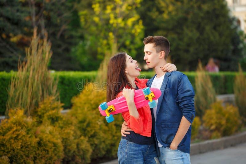 Nastolatkowie na dacie pierwsza miłość zdjęcia stock