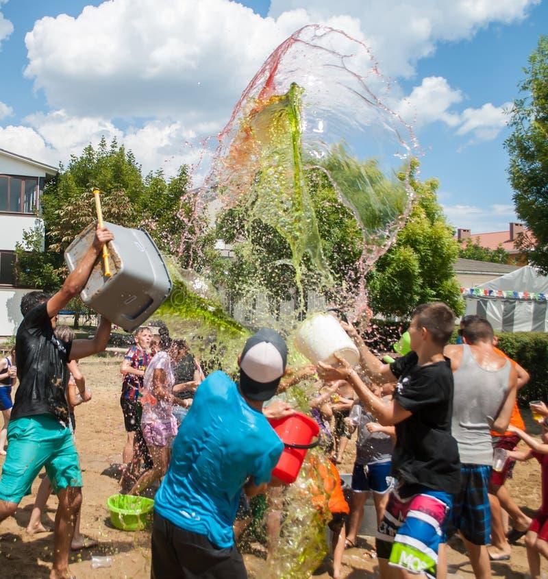 Nastolatkowie nalewa wod? przy festiwalem obrazy stock