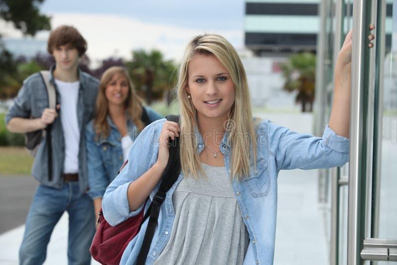 Nastolatkowie przy szkołą obrazy royalty free