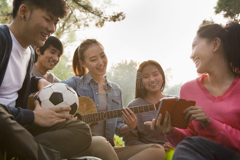 Nastolatkowie wiszący w parku out obraz royalty free