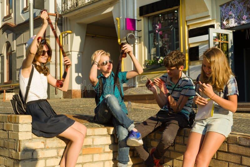 Nastolatkowie z interesu i niespodzianki dopatrywania filmu fotografii negatywami, miasto ulicy tło obrazy royalty free
