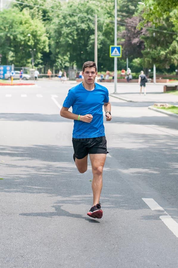 Nastoletni atlety szkolenie biegać na ulicie obraz stock