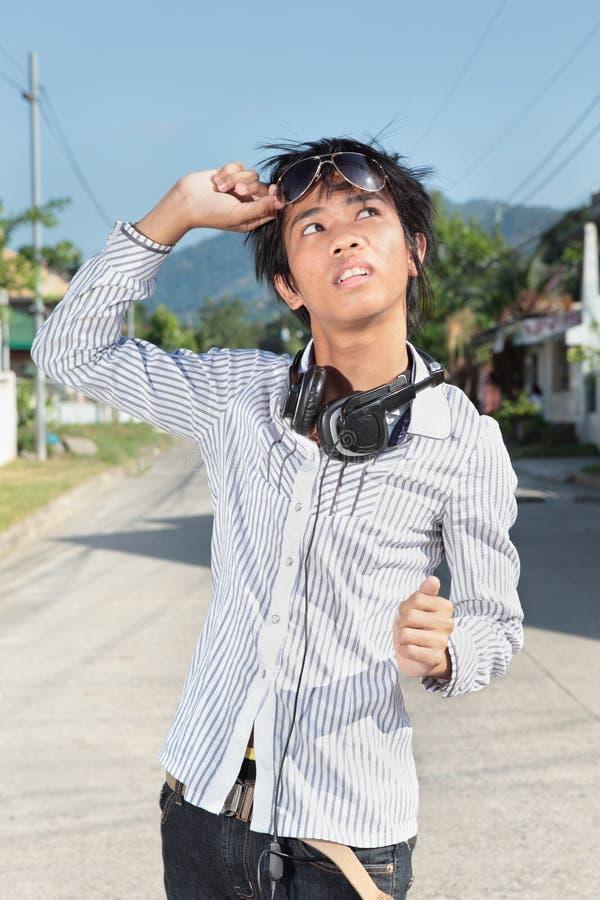 nastoletni azjatykci przyglądający słońce zdjęcie stock