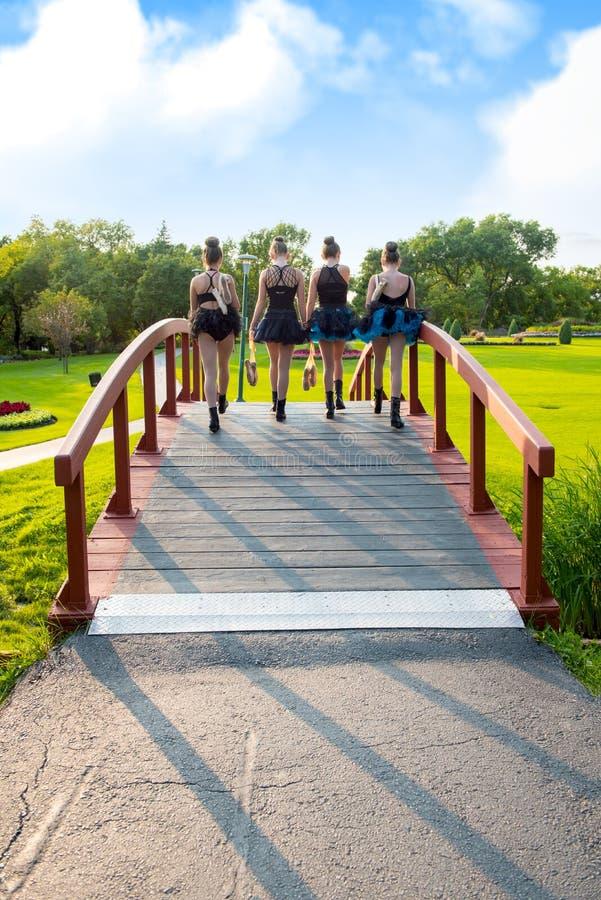 Nastoletni Baletniczy tancerze Chodzi Do domu przez parka obrazy stock