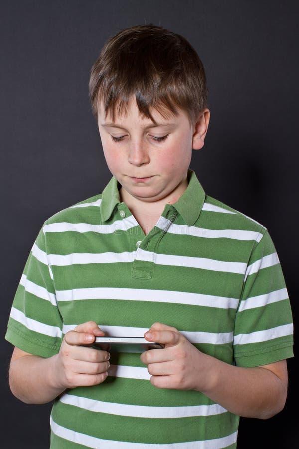 Nastoletni bawić się na telefonie obrazy royalty free