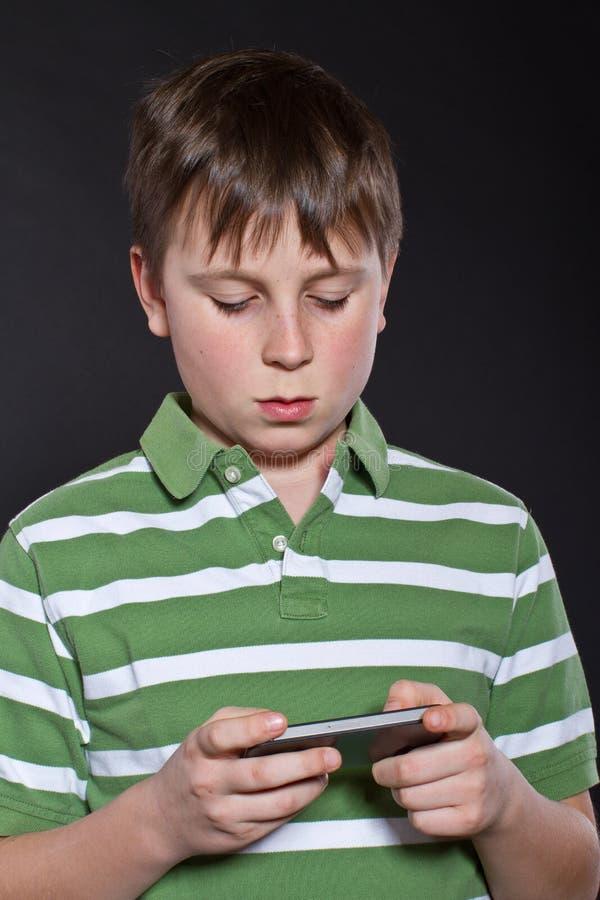 Nastoletni bawić się na telefonie zdjęcie stock