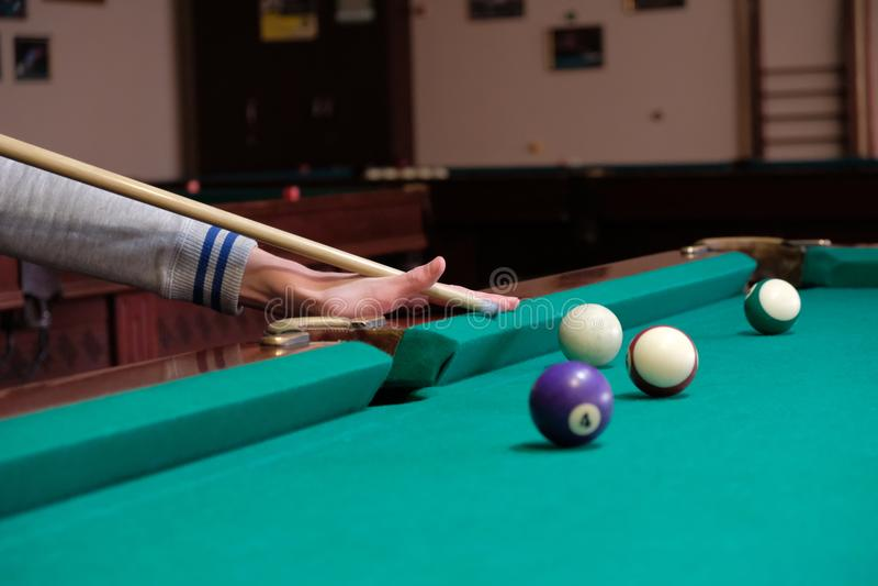 Nastoletni bawić się w amerykańskim basenie bilardowym obrazy stock