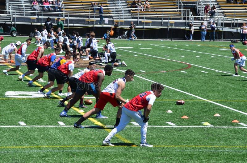 Nastoletni chłopacy ćwiczy futbol amerykańskiego obraz stock