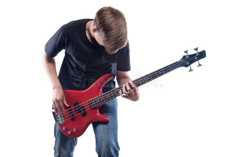 Nastoletni chłopak bawić się basową gitarę zdjęcia royalty free