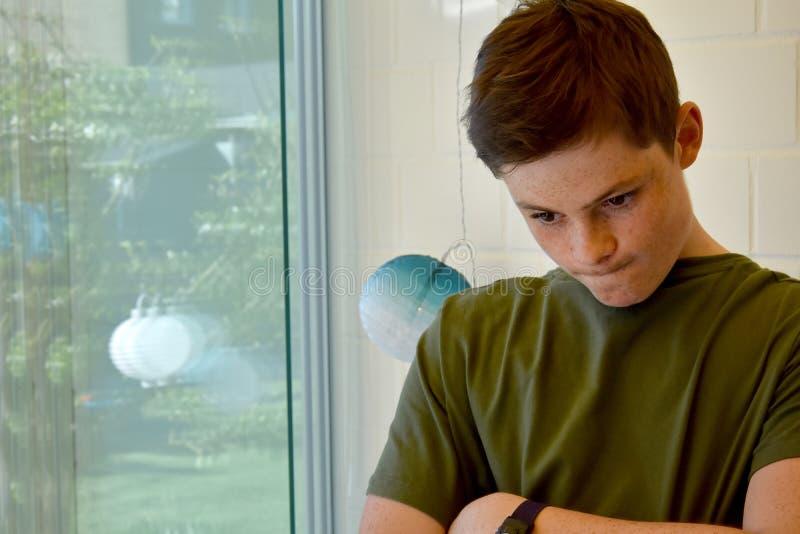 Nastoletni chłopak gubjący w myślach obraz stock