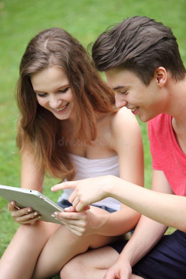 Nastoletni chłopak i dziewczyna używa peceta zdjęcie stock