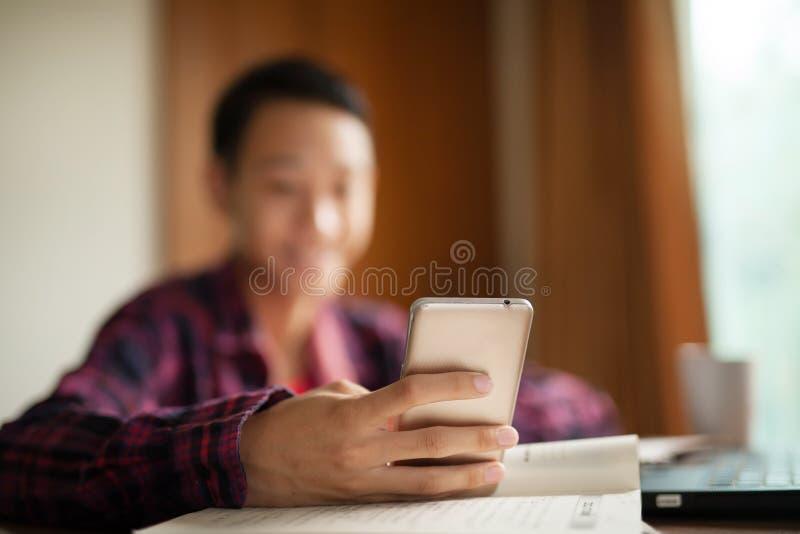 Nastoletni chłopak i telefon komórkowy zdjęcie stock