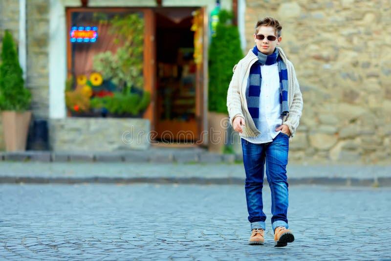 Nastoletni chłopak krzyżuje ulicę stary miasteczko zdjęcie royalty free