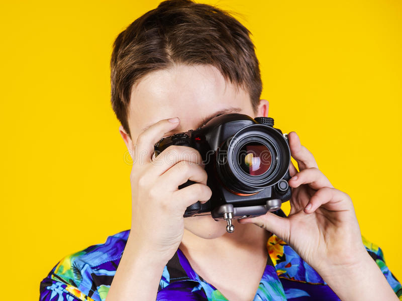 Nastoletni chłopak pozuje z fotografii kamerą zdjęcia royalty free