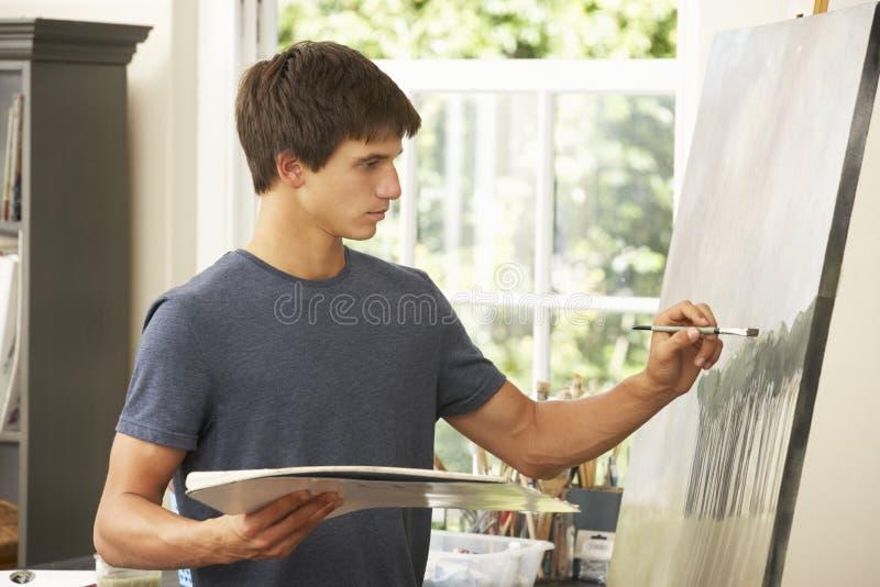 Nastoletni Chłopak Pracuje Na obrazie W studiu obraz royalty free