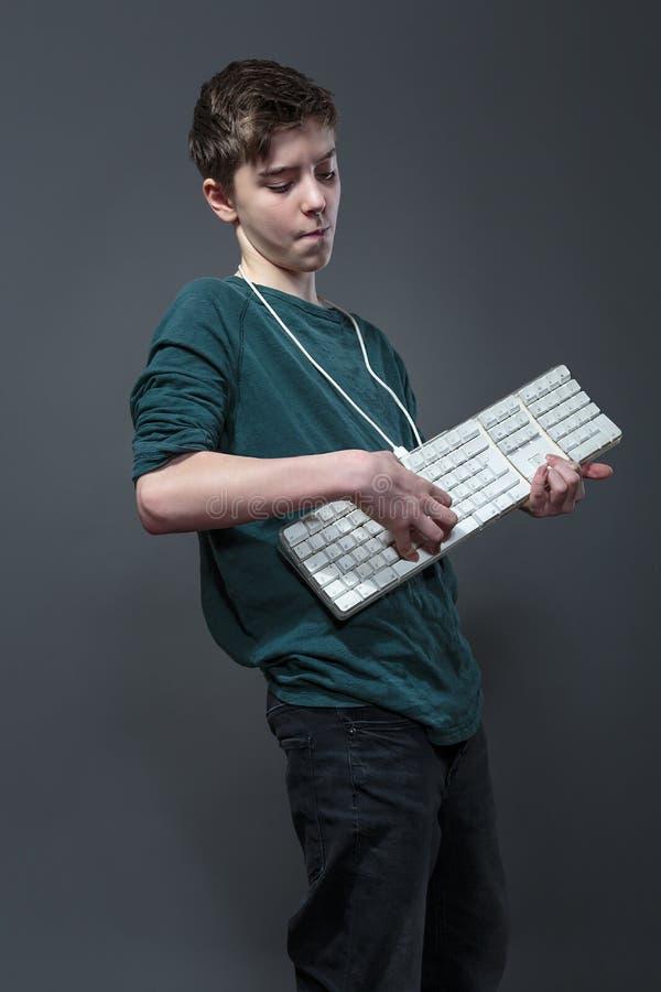 Nastoletni chłopak używa komputerową klawiaturę obrazy royalty free