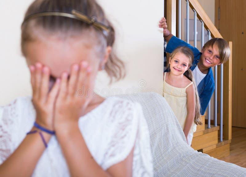 Nastoletni chłopak z siostrami bawić się aport zdjęcia royalty free
