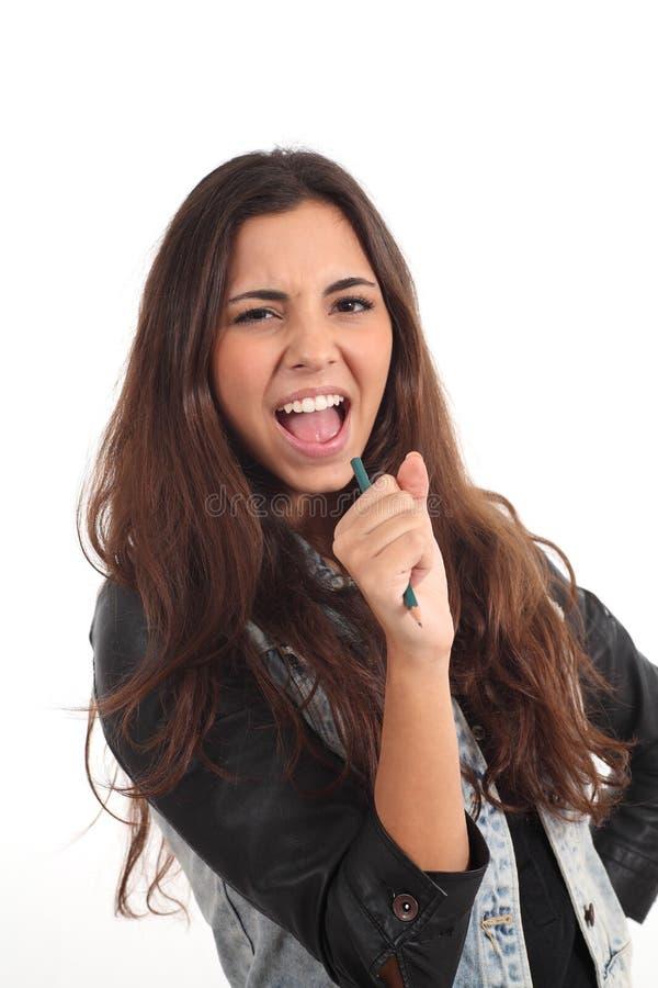 Nastoletni dziewczyna śpiew z ołówkiem zdjęcie royalty free