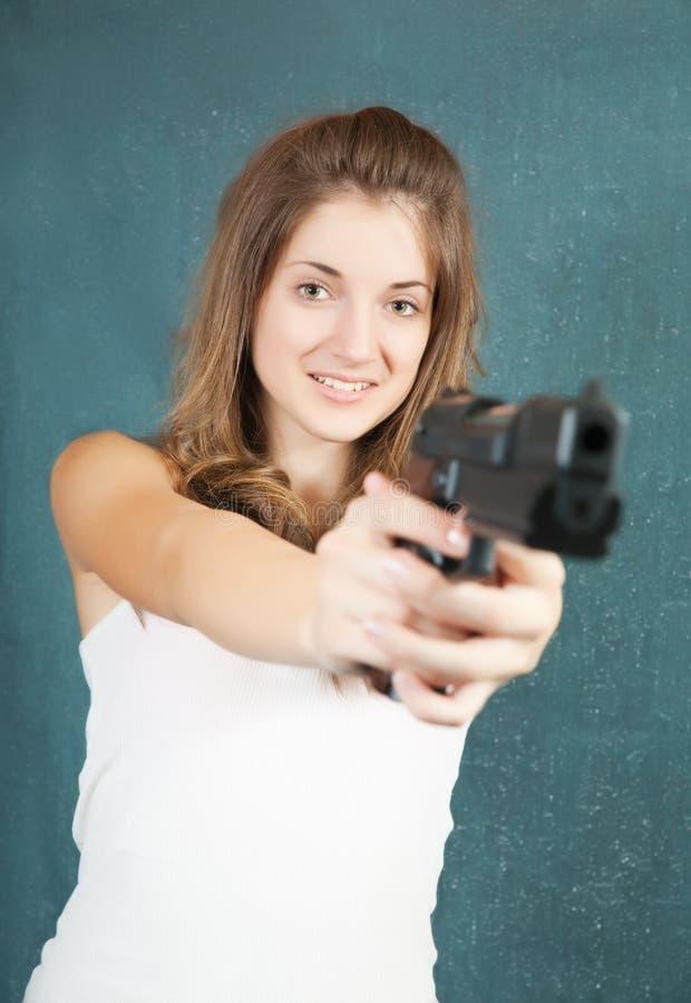 nastoletni dziewczyna dążący pistolet zdjęcie royalty free