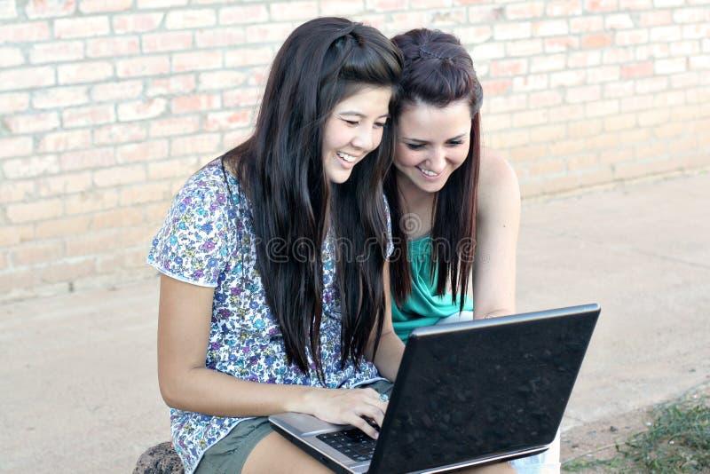 nastoletni dziewczyna różnorodny laptop fotografia royalty free