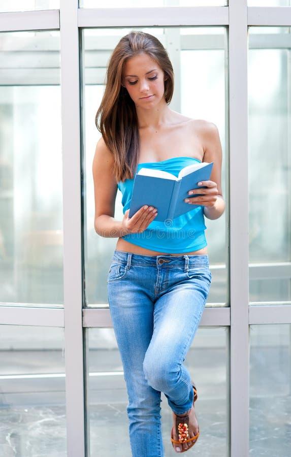 nastoletni dziewczyny książkowy czytanie zdjęcia royalty free