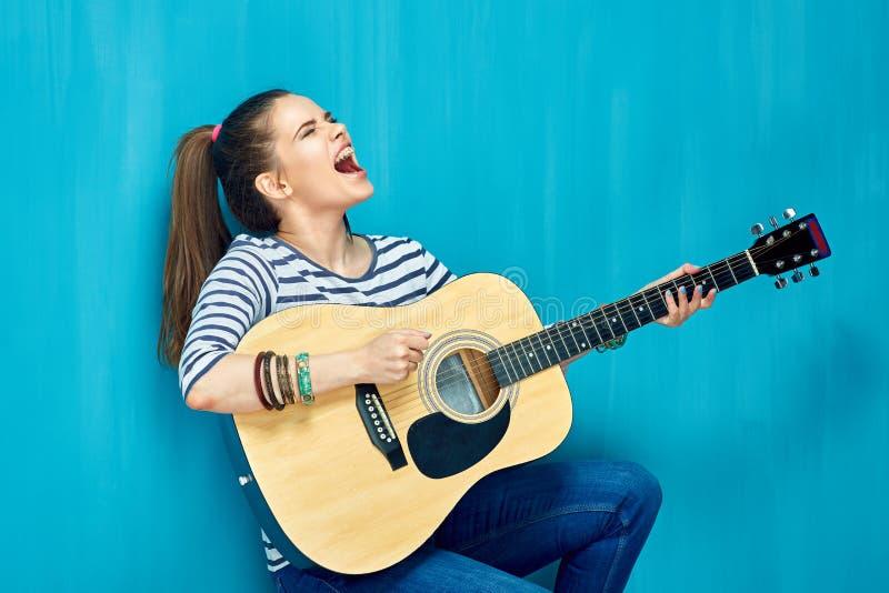 Nastoletni emocjonalny i śpiewamy zdjęcia stock