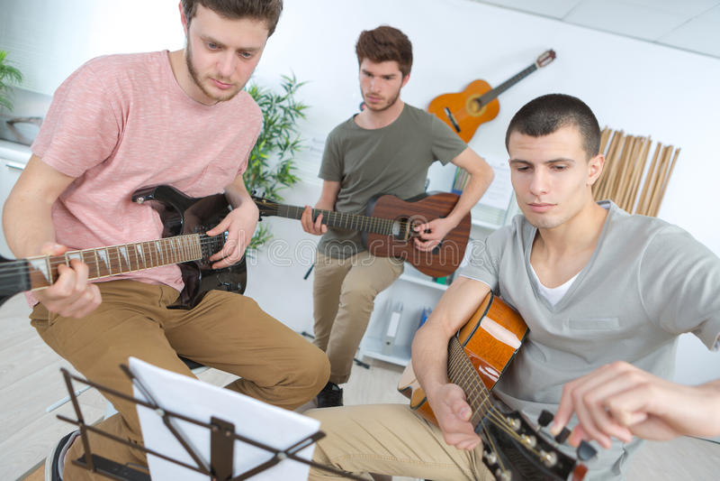 Nastoletni muzyczny zespołu spełnianie na scenie fotografia royalty free