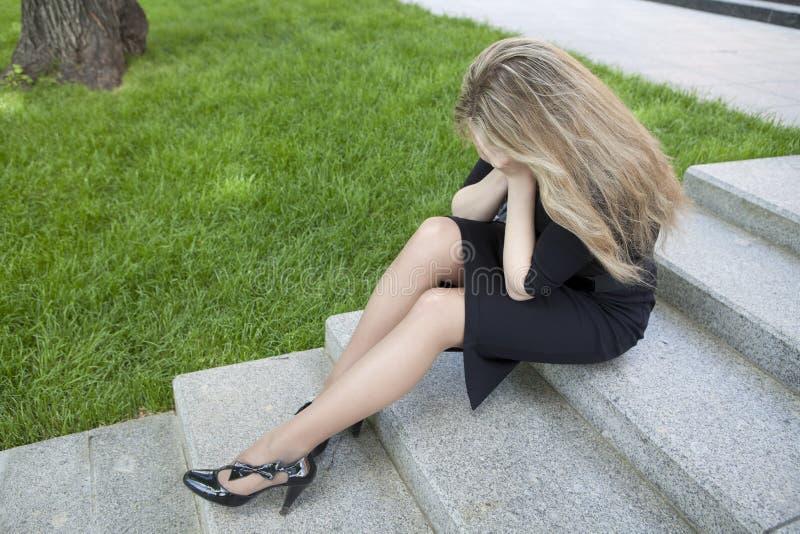 nastoletni siedzący dziewczyna schodki zdjęcia royalty free