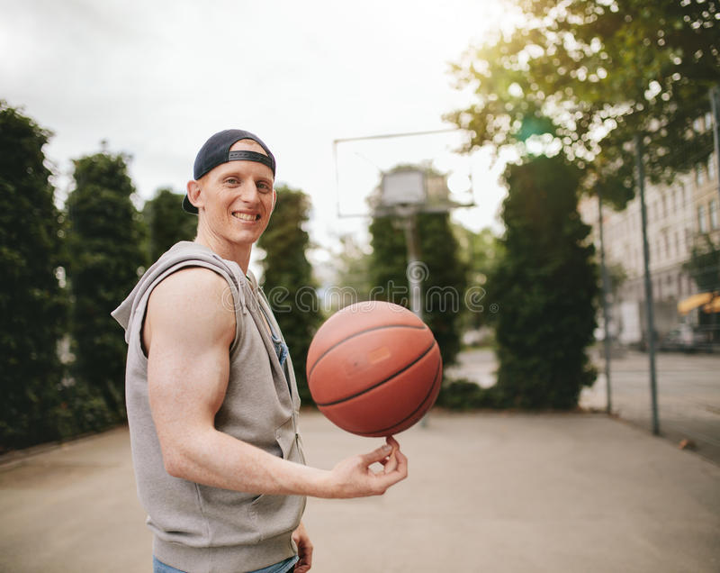 Nastoletni streetball gracz wiruje piłkę obrazy royalty free