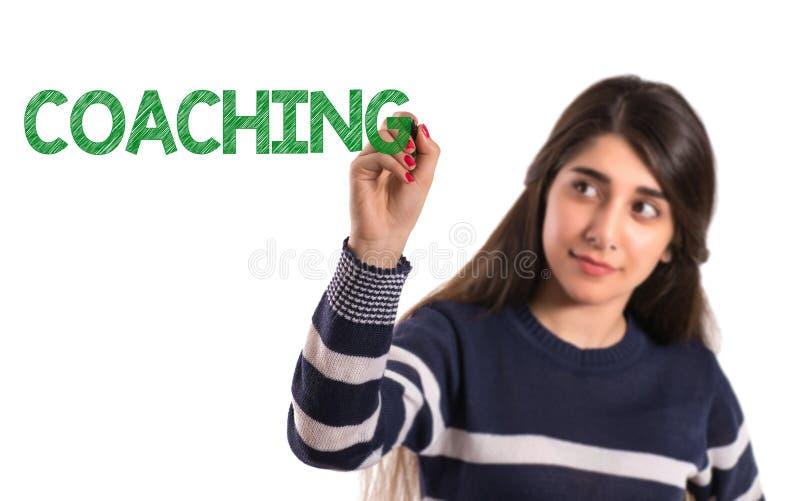 Nastoletni szkoły wyższa dziewczyny writing trenowanie na przejrzystym ekranie obrazy stock
