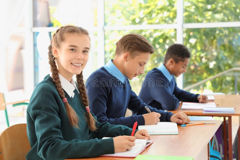 Nastoletni ucznie w sala lekcyjnej zdjęcia stock