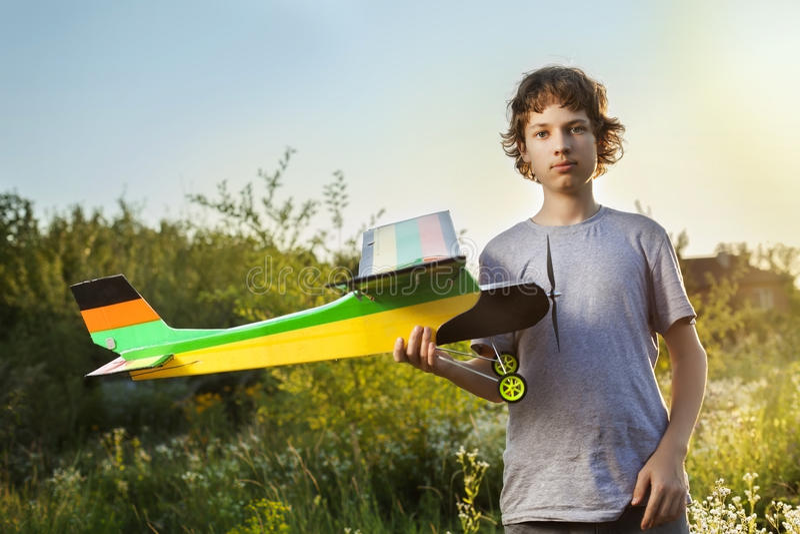 Nastoletni z domowej roboty kontrolującym wzorcowym samolotem zdjęcia stock