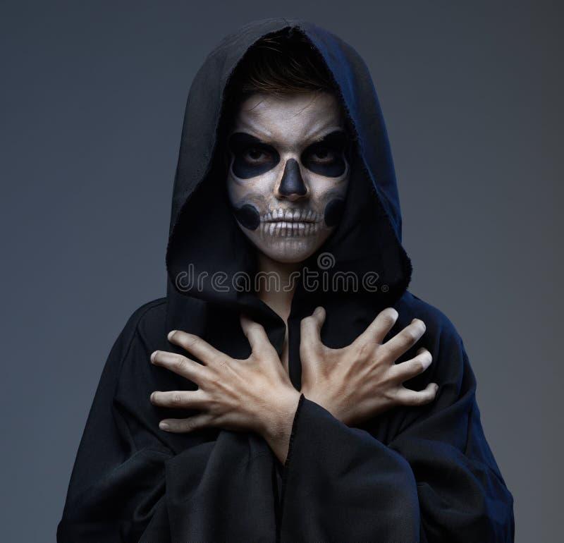 Nastoletni z makeup zamykać czaszek rękami obrazy royalty free
