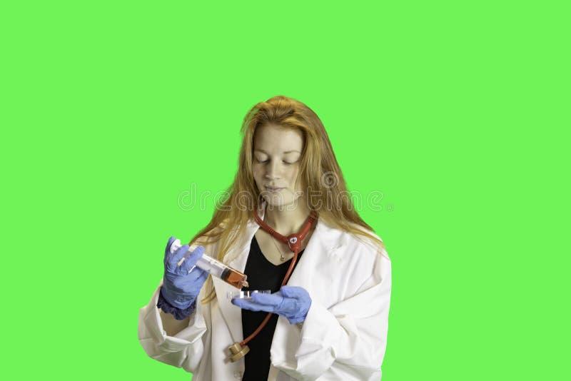 Nastoletni z sprzętem medycznym na zieleni zdjęcie stock