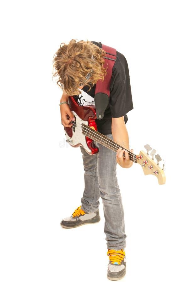 Nastoletnia chłopiec bawić się basową gitarę zdjęcie royalty free