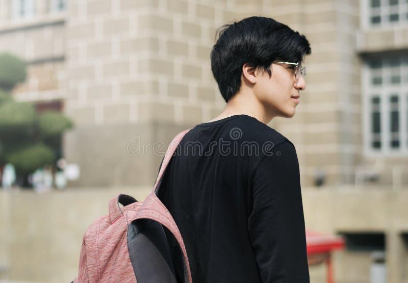 Nastoletnia chłopiec iść uniwersytecki rutynowy życie obraz stock