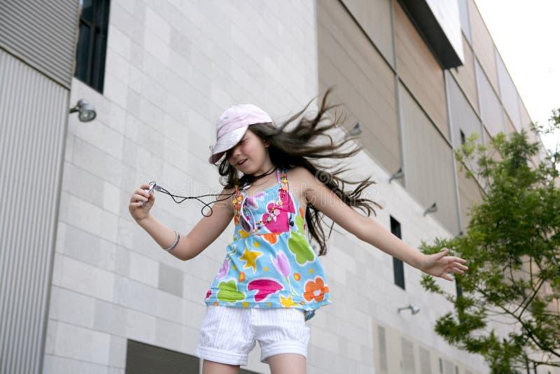nastoletnia dancingowa brunetki dziewczyna mały mp3 zdjęcia stock