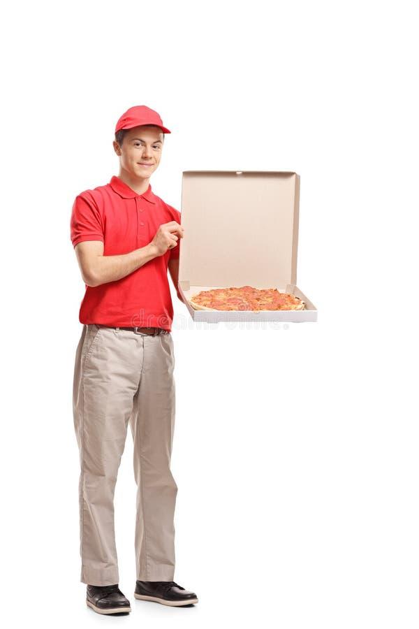 Nastoletnia doręczeniowa chłopiec trzyma pizzy pudełko obraz royalty free