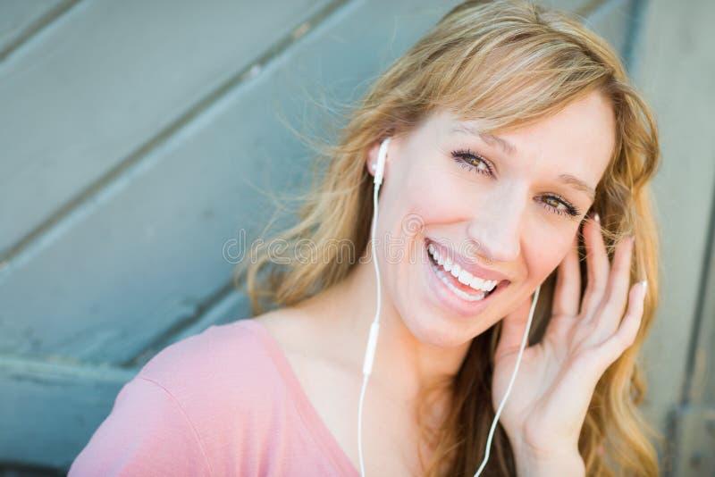 Nastoletnia dziewczyna Śpiewa Along muzyka na jej Smartphone zdjęcia stock