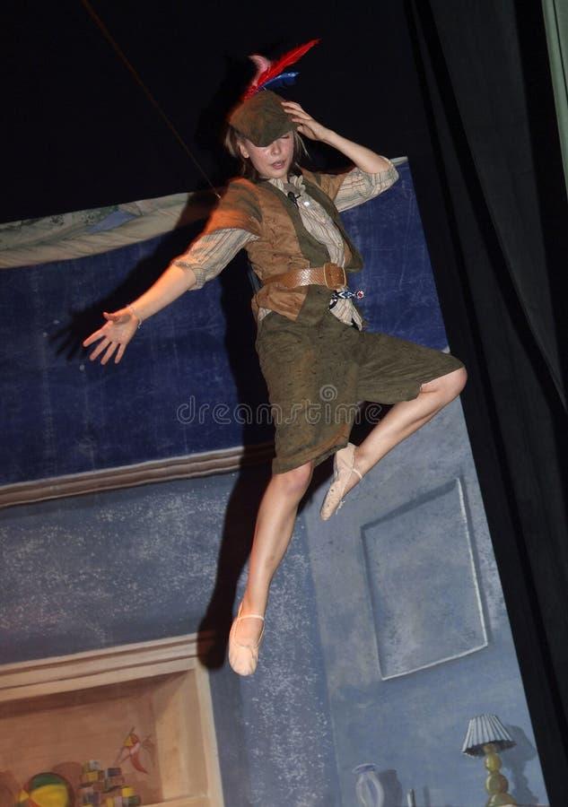 Nastoletnia dziewczyna bawić się część jako Peter plan w nastoletniej sztuce Peter Pan obraz stock