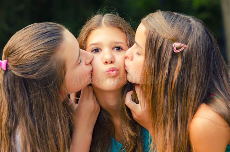 Nastoletnia dziewczyna całująca na policzkach fotografia royalty free
