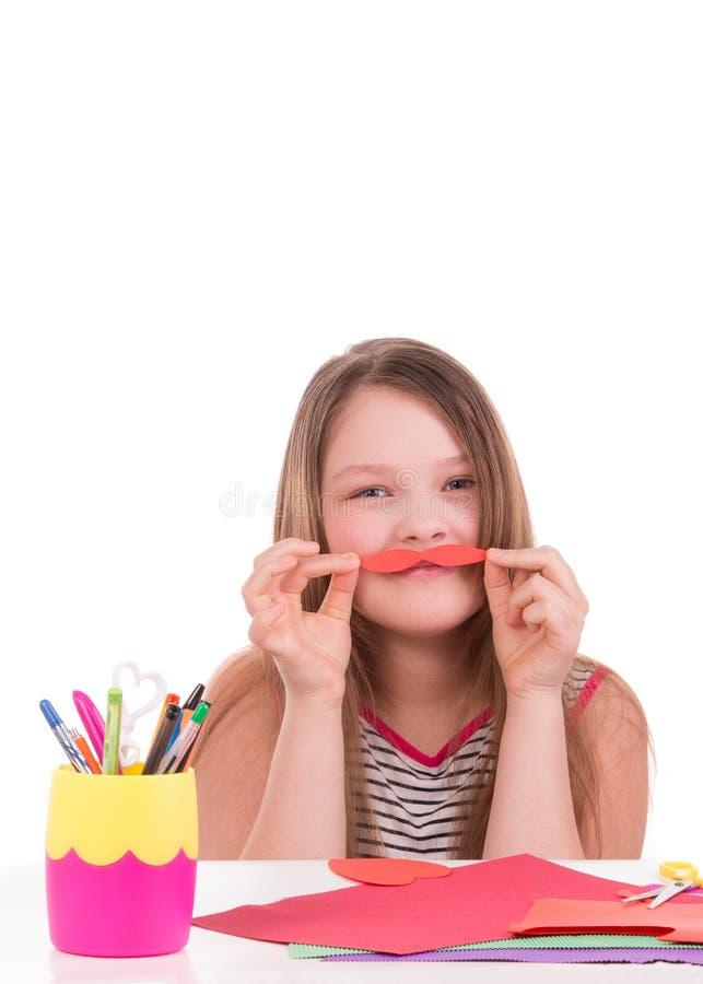 Nastoletnia dziewczyna ciie z barwionego papieru na białym tle zdjęcia royalty free