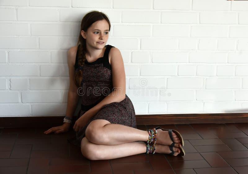 Nastoletnia dziewczyna czuje wszystko samotnie zdjęcie stock