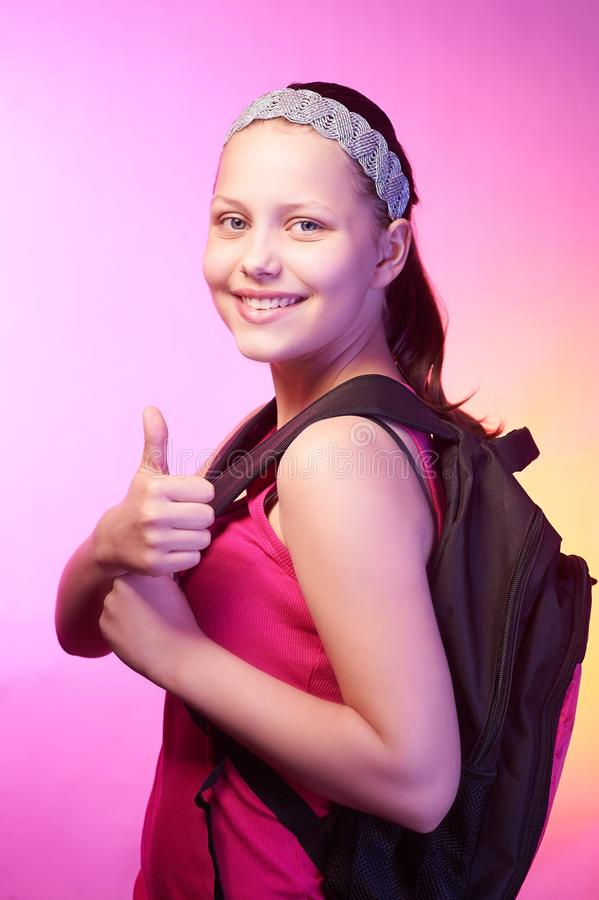 Nastoletnia dziewczyna iść szkoła z plecakiem na ona z powrotem obraz royalty free