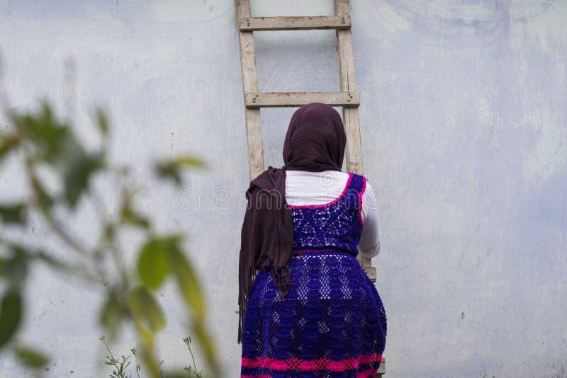 Nastoletnia dziewczyna iść up od drewnianej drabiny fotografia stock