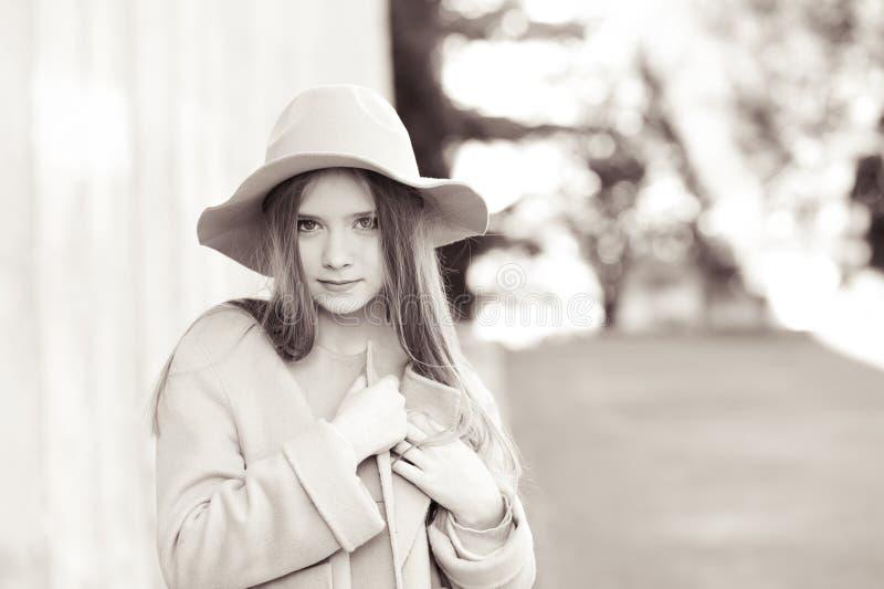 Nastoletnia dziewczyna jest ubranym zimę odziewa zdjęcie stock