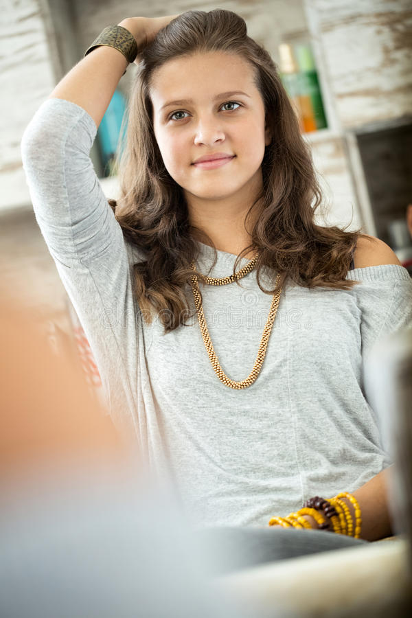 Nastoletnia dziewczyna która jest stara wyobraża sobie zdjęcie stock