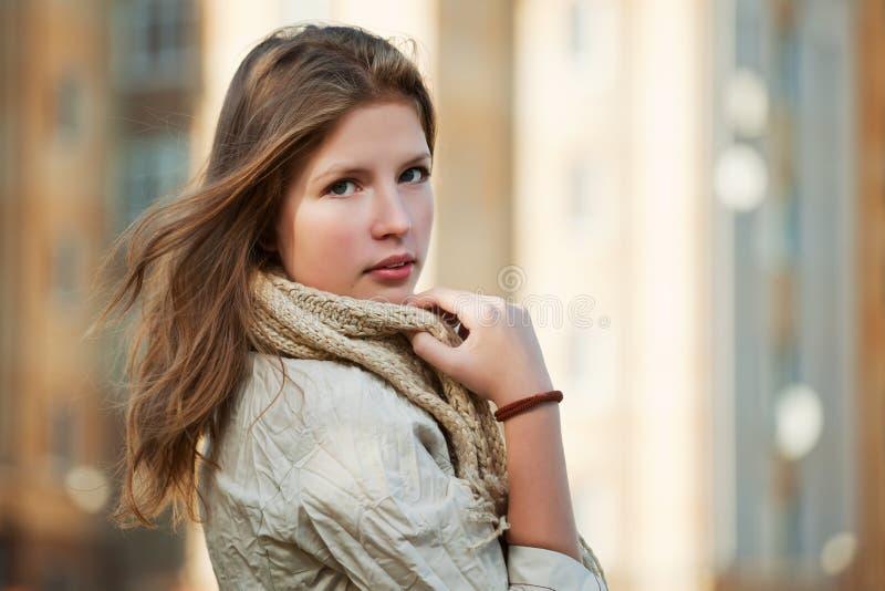 Nastoletnia dziewczyna na miasto ulicie zdjęcia stock