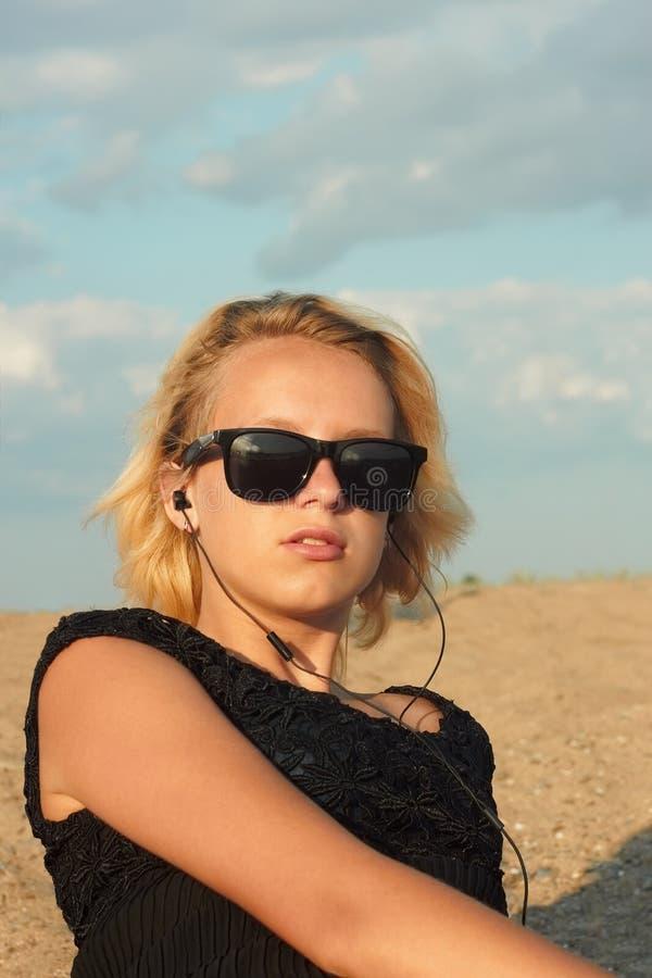 Nastoletnia dziewczyna na plaży obraz royalty free